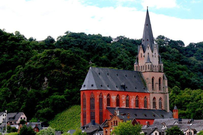 Liebfrauenkirche Oberwesel vom Rhein aus während der Riverboat-Shuffle von Bingen swingt