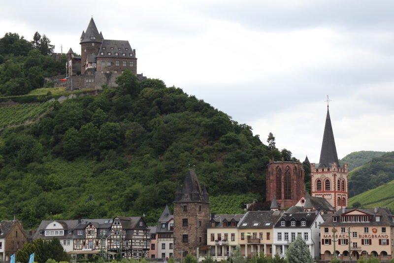 Oben Jugendherberge Burg Stahleck Bacharach, unten rechts die Wernerkapelle