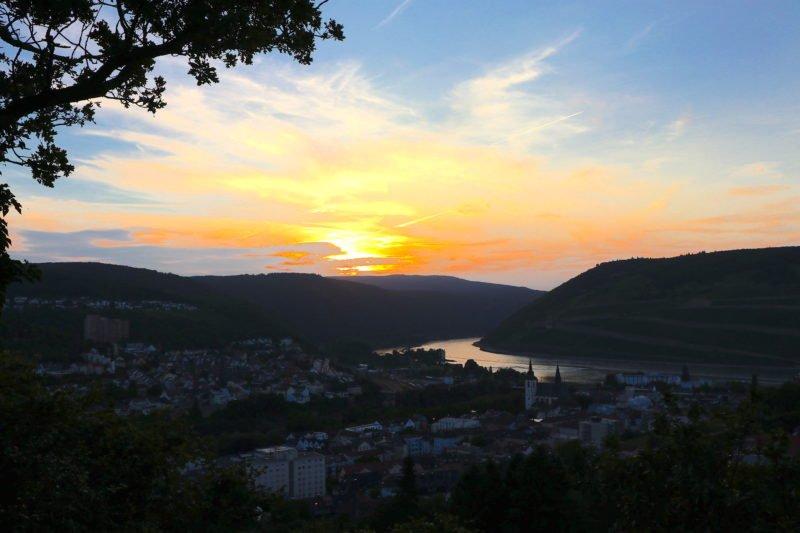 Sonnenuntergang über dem Rhein vom Jüdischen Friedhof Bingen aus