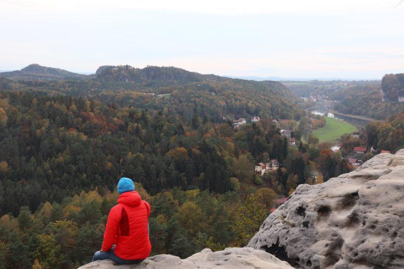 Roter Farbtupfer in der Landschaft der Sächsischen Schweiz