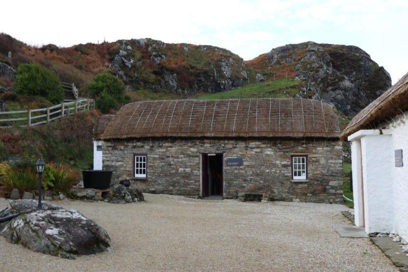 Eines der Häuser im Folk Village Glenkolumbille von außen