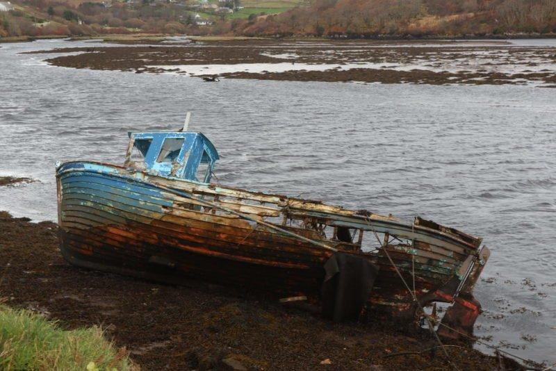 Ein nicht mehr ganz seetaugliches Boot auf dem Weg nach Slieve League