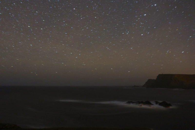 Nachts das Meer und Brandung aufs Korn genommen in Glencolumbkille