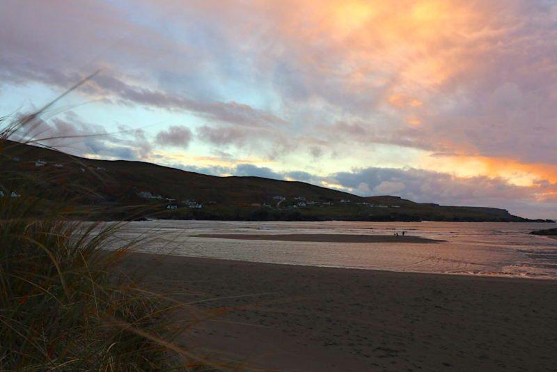 Der Strand von Glencolumbkille bei Sonnenuntergang