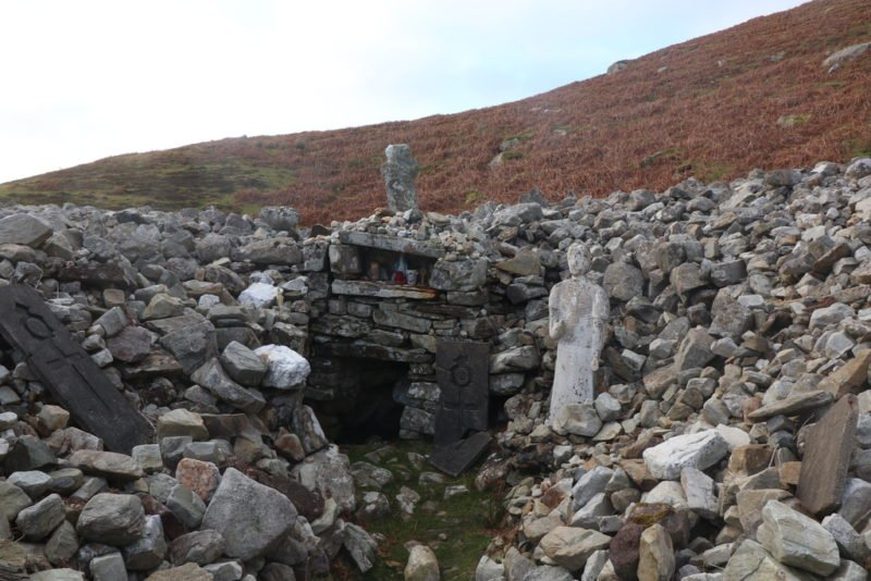 Altar am Wall an der Quelle oberhalb von Glencolumbkille