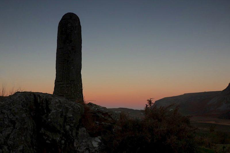 Steinsäule in Glenkolumkille auf der Weide neben der Church of Ireland in Donegal