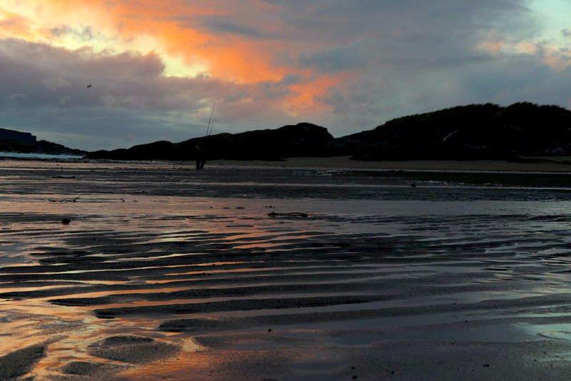 Am Strand von Glencolumbkille die Kamera mal am Boden