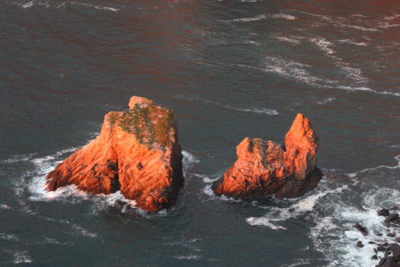 Die beiden Slieve League Felsen von eben an einem anderen Tag in der Goldenen Stunde