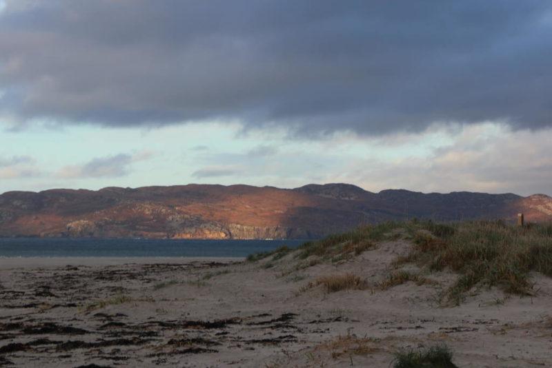 Am Strand von Portnoo mit Blick auf die Insel Inishkeel