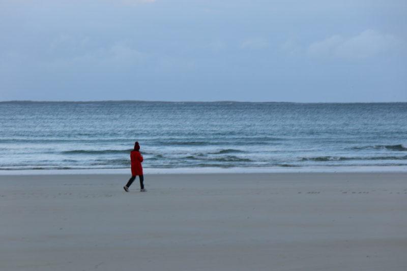 Einsame Spaziergängerin am Strand von Portnoo, Donegal