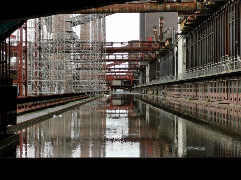 Ein Blick durch den Zaun hinter Kokerei in der Zeche Zollverein