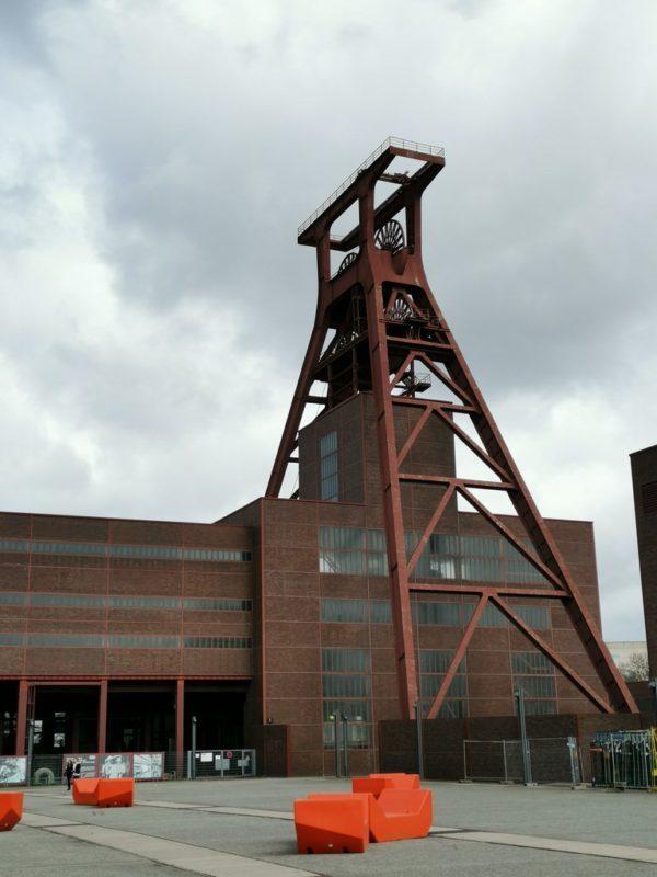 Der Schachtturm von Schacht 12 - mächtig von unten in der Zeche Zollverein