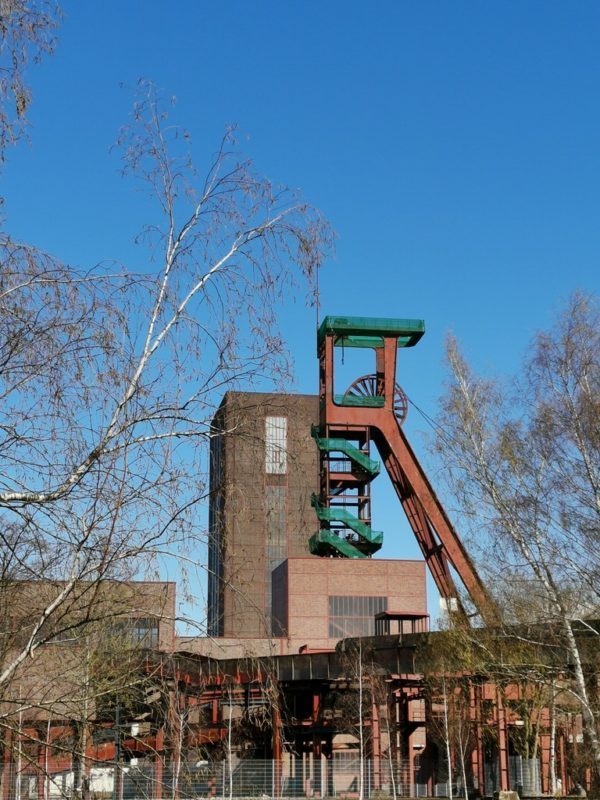 Schachturm mit grünen Geländern im UNESCO-Weltkulturerbe Zeche Zollverein über den Schächten 1/2/8
