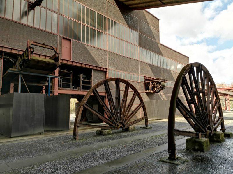 """Diese """"Räder"""" in der Zeche Zollverein lenkten schnell unsere Blicke auf sich"""