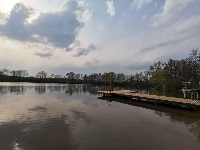 Der Badesee Sulzfeld im April noch ganz ruhig