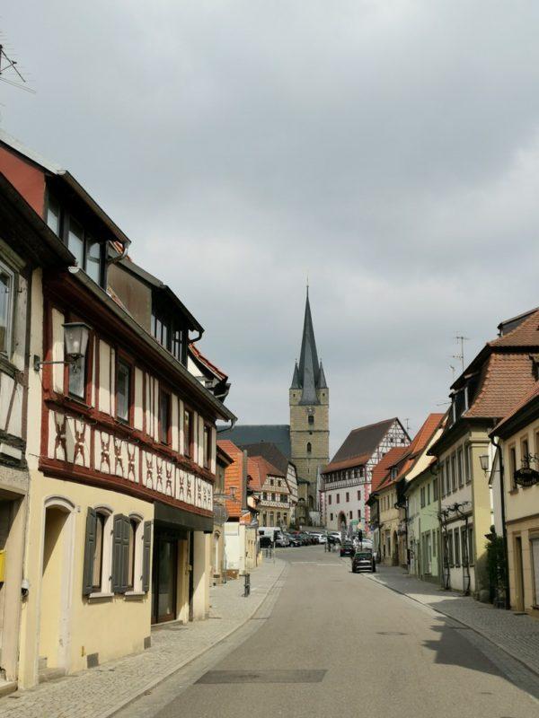 Ein Blick entlang der Hauptstrasse von Zeil in Richtung des Marktplatzes mit vielen historischen fränkischen Gebäuden