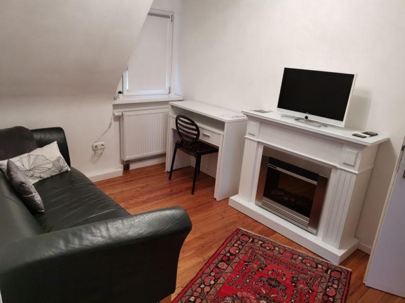 Sofa, Schreibtisch, Kamin und TV - gefällt mir im Hotel Kolb in Zeil!