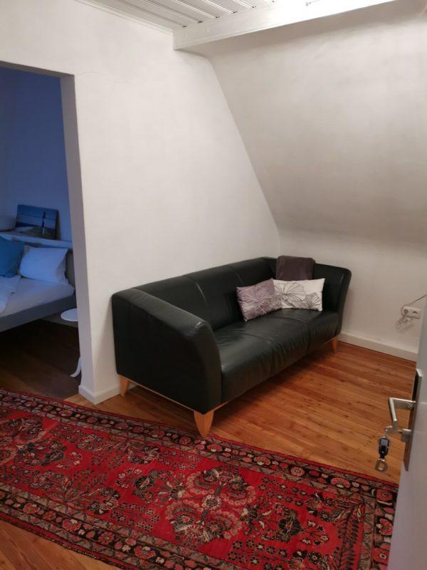 Der erste Blick ins Zimmer zeigt, dass ich viel Platz haben werde - nur die große bequeme Couch ist zu sehen