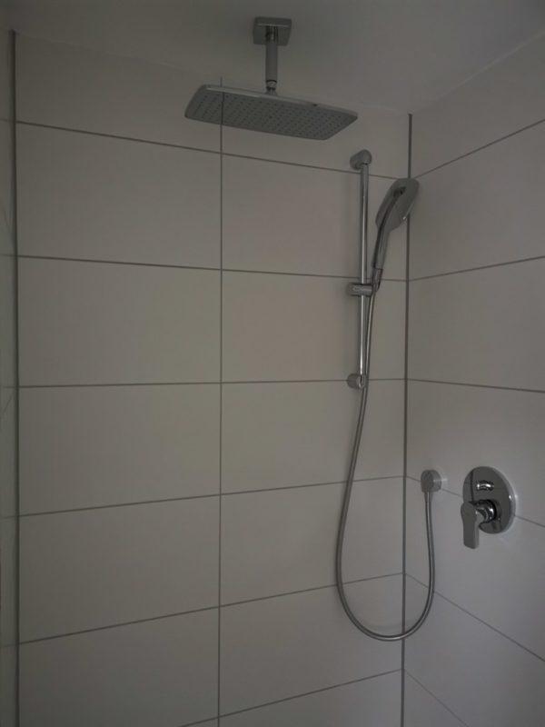 Dusche mit Regendusche im Hotel Kolb Zeil