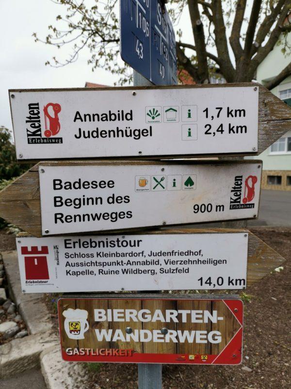 Diverse Wanderwege sind hier ausgezeichnet am Wegesrand in Sulzfeld