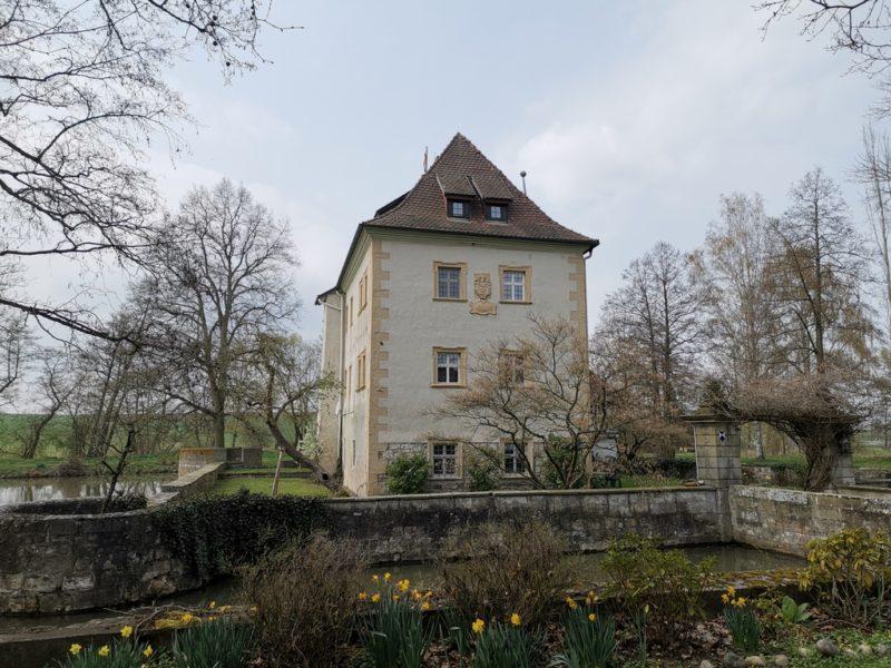 Das Wasserschloss Kleinbardorf etwas näher von der Seite