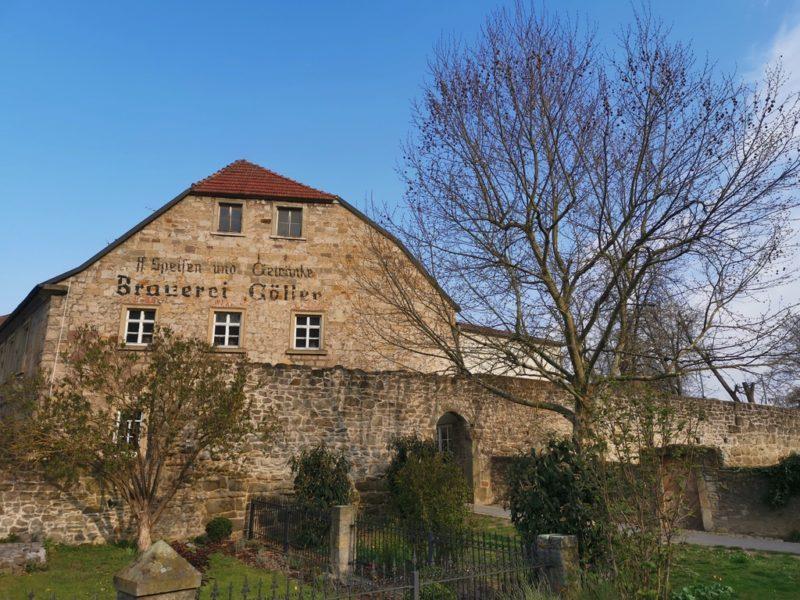 """Brauereigaststätte Göller in Zeil von außen mit der alten Beschriftung """"Speisen und Getränke - Brauerei Göller"""""""