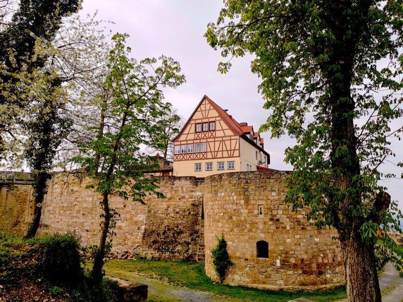 Die Burg Königsberg vom Parkplatz her kommend - auch hier mit wundervollen Fachwerk