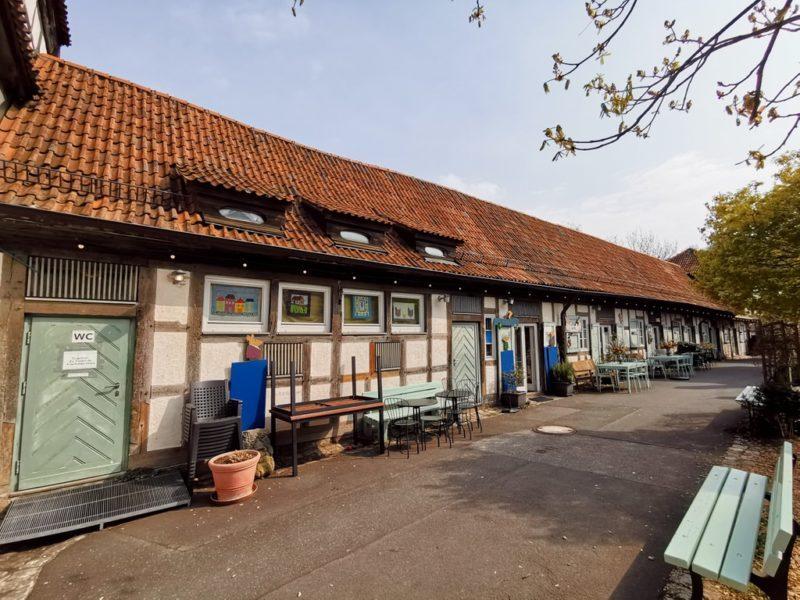 Die langgezogene Fassade des Kunsthandwerkerhofs Königsberg