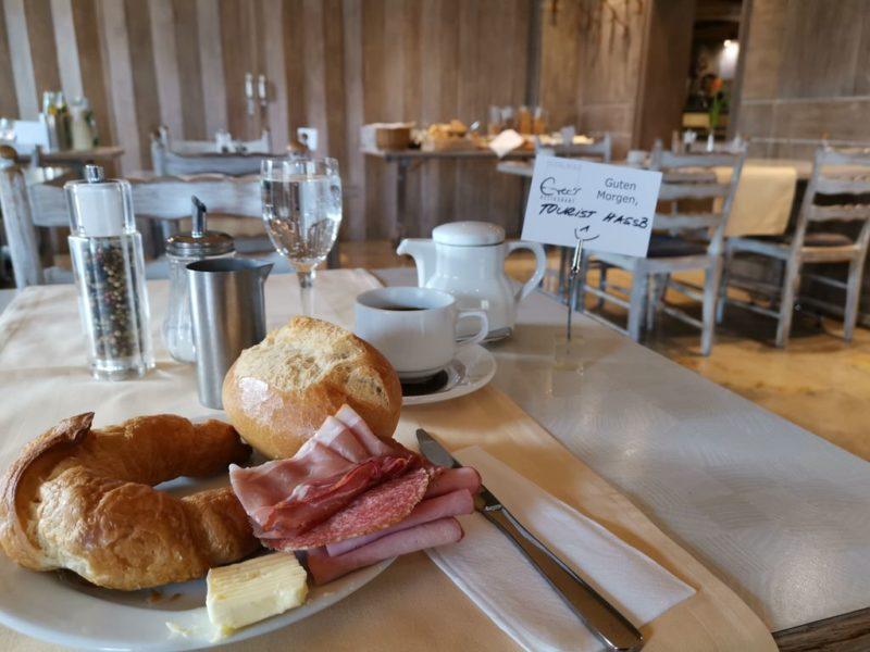 Mein erster Frühstücksteller im Hotel Kolb inklusive Reservierungsschild