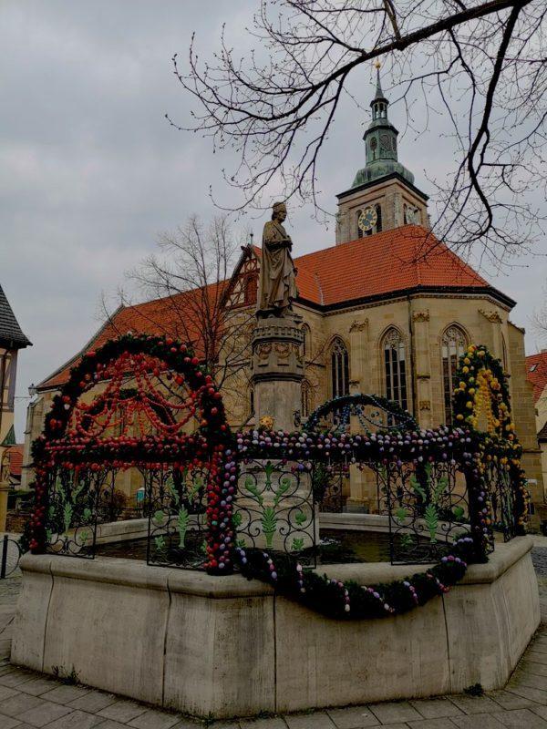 Die Marienkirche von Königsberg hinter dem für Ostern geschmückten Brunnen