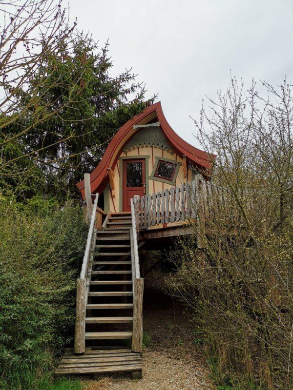 ist das nicht ein süßes Hexenhäuschen, dieses Baumhaus im Schäferwagenhotel in Leinach?