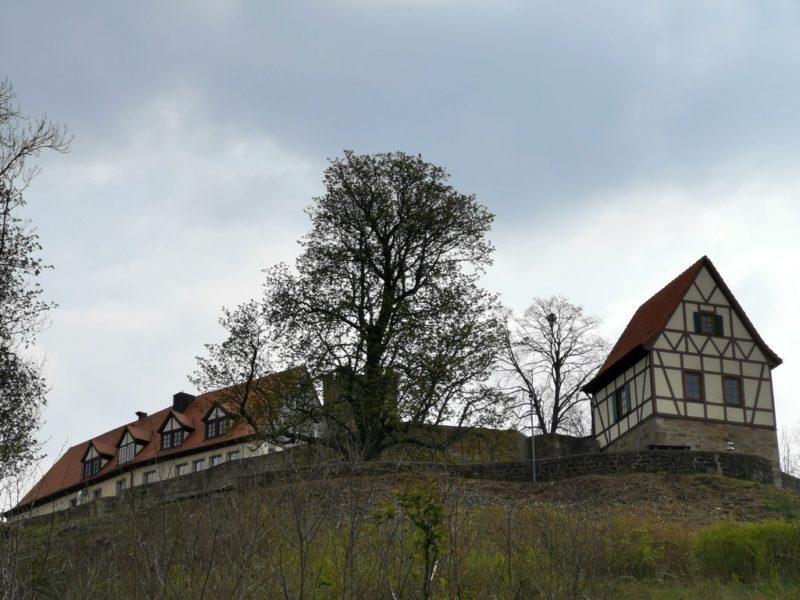 Die Burg Königsberg von unten auf dem Weg in die Stadt