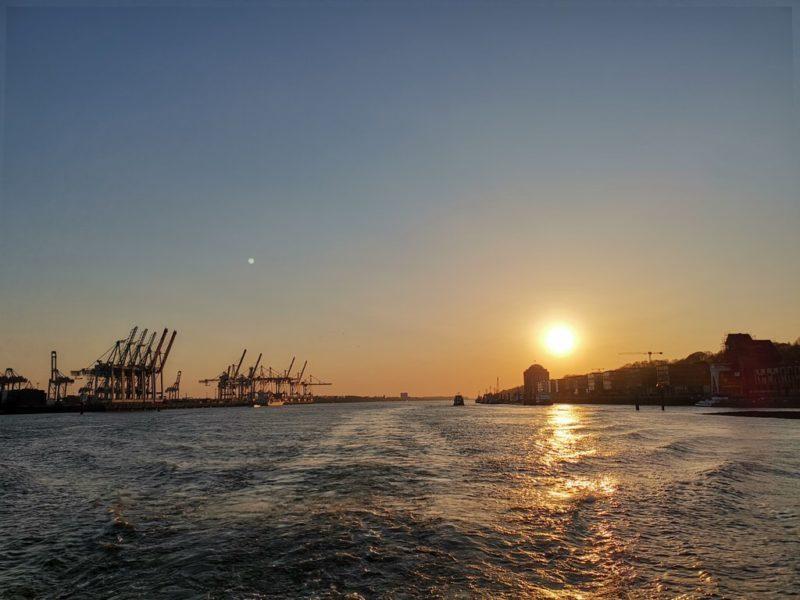 Sonnenuntergang während der Fahrt mit der Linie 62 im Hamburger Hafen