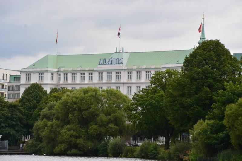 Blick auf das Hotel Atlantic in Hamburg von der Binnenalster