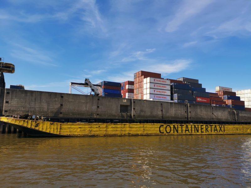 Ein Containertaxi im Hamburger Hafen