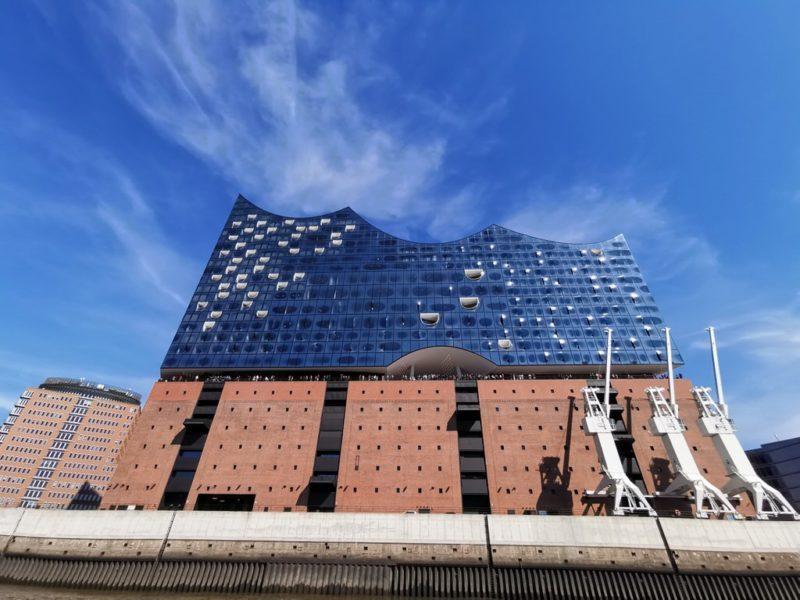 Die Elbphilharmonie strahlt bei diesem blauen Himmel und Sonnenschein
