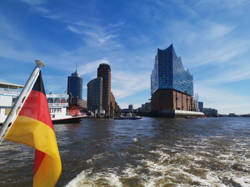 Und schon sind wir an der Elbphilharmonie vorbei und weiter im Hamburger Hafen