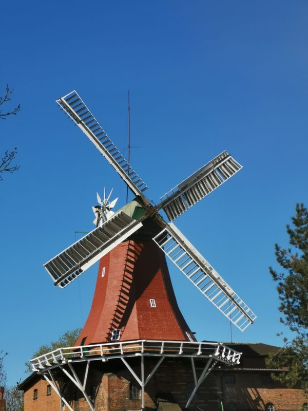 Eine Mühle am Rande der Dove Elbe bei unserer Schifffahrt von Bergedorf in den Hamburger Hafen