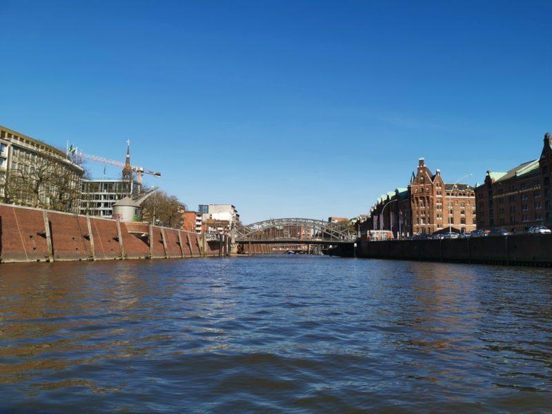 Ein Blick in den Zollkanal auf der Fleetfahrt Hamburg