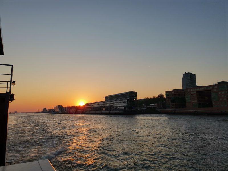 Da geht die Sonne beim Kreuzfahrtterminal Hamburg Altona unter