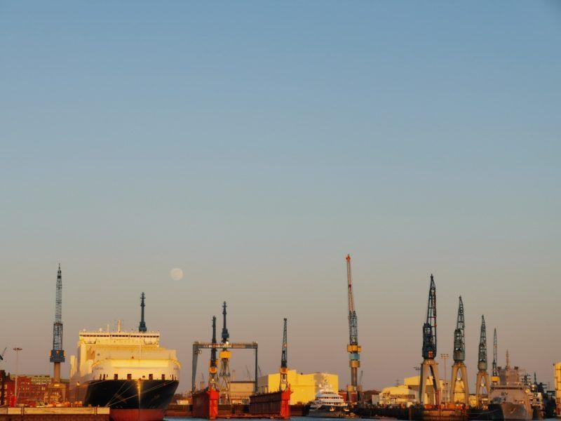 Sonnenuntergang, Mond und der Hamburger Hafen - verstehst Du meine Liebe zu Hamburg?