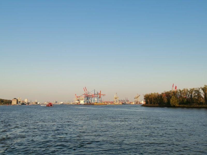Ein Blick zurück auf den Hamburger Hafen auf der Fähre Linie 62 Richtung Finkenwerder