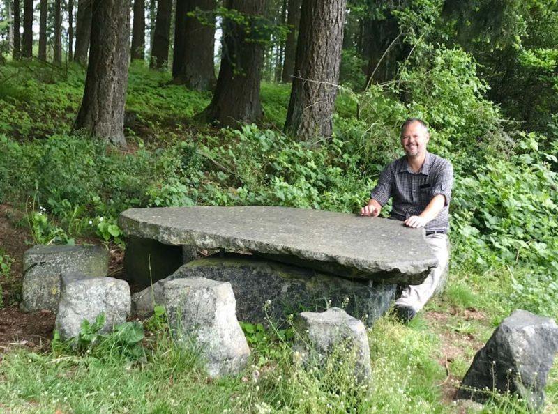 Steintisch mit Sitzgelegenheiten am Wegesrand (Foto: Nic Dalkolmo)