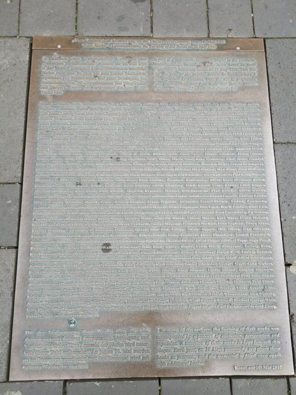 Mahnende Tafel im Boden wegen der Bücherverbrennung hier 1933