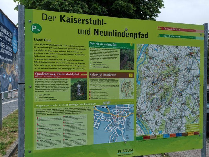 Infotafel am Bahnhof Endingen a. K. über den Kaiserstuhlpfad und den Neunlindenpfad