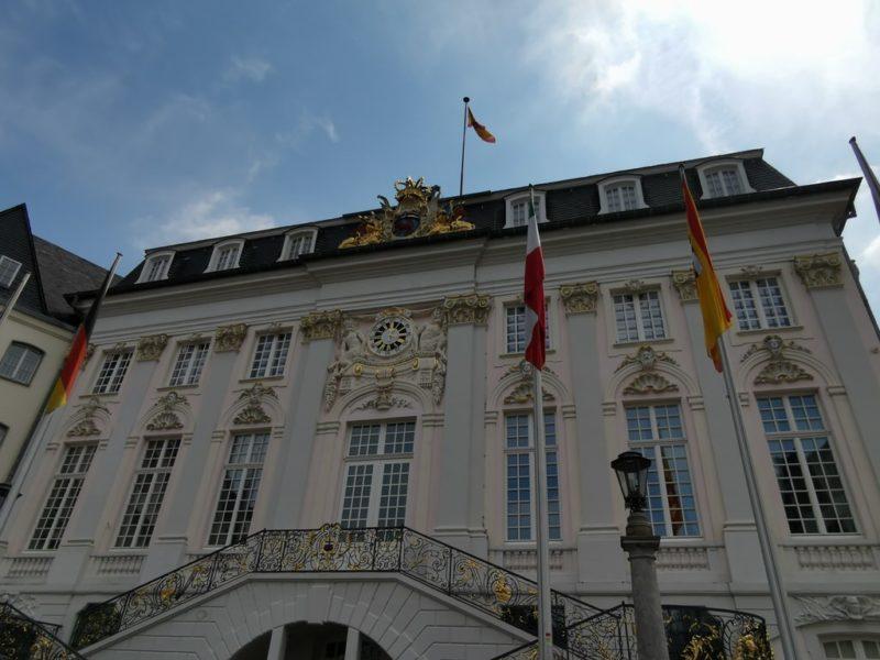 Das Alte Rathaus Bonn inklusive der Krone