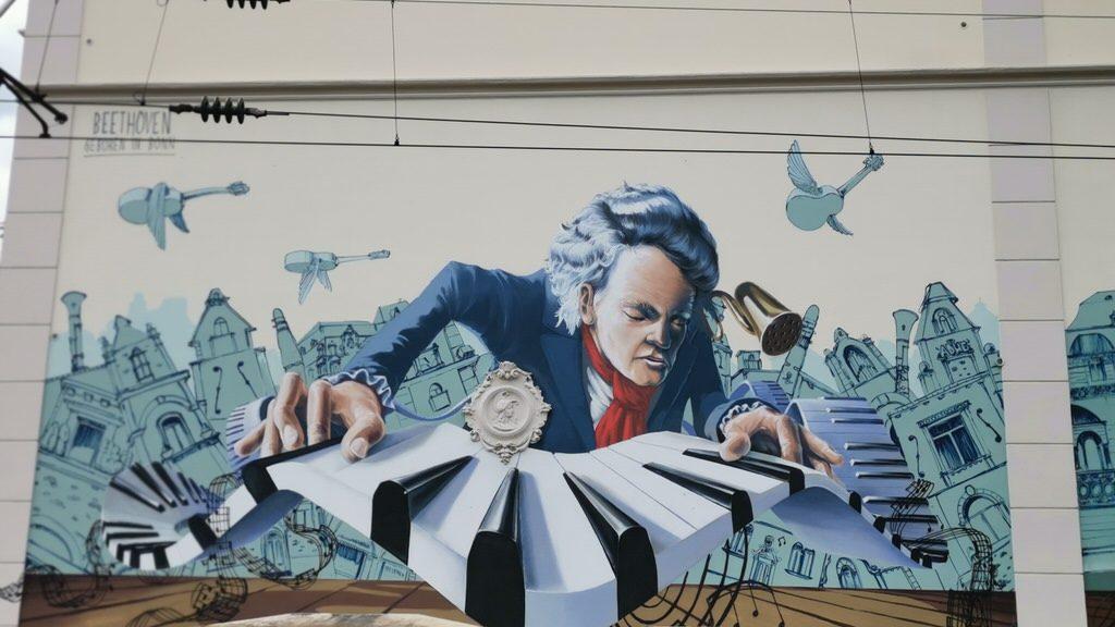 Ein tolles Graffiti von Beethoven an einem Bahnübergang in Bonn