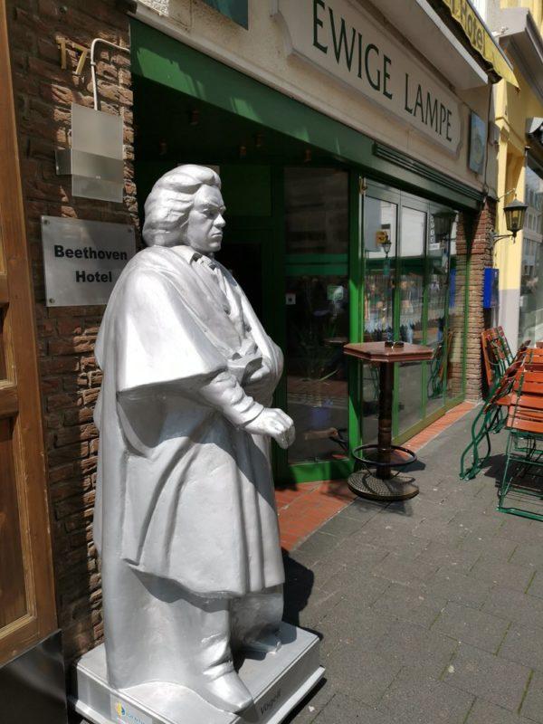 Ein silberner Beethoven vor dem Beethovenhotel