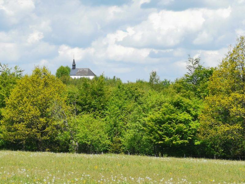 Die Kreuzbergkapelle war Jahre nicht zu sehen und erst seit einem Sturm thront sie wieder sichtbar über dem Sauerland