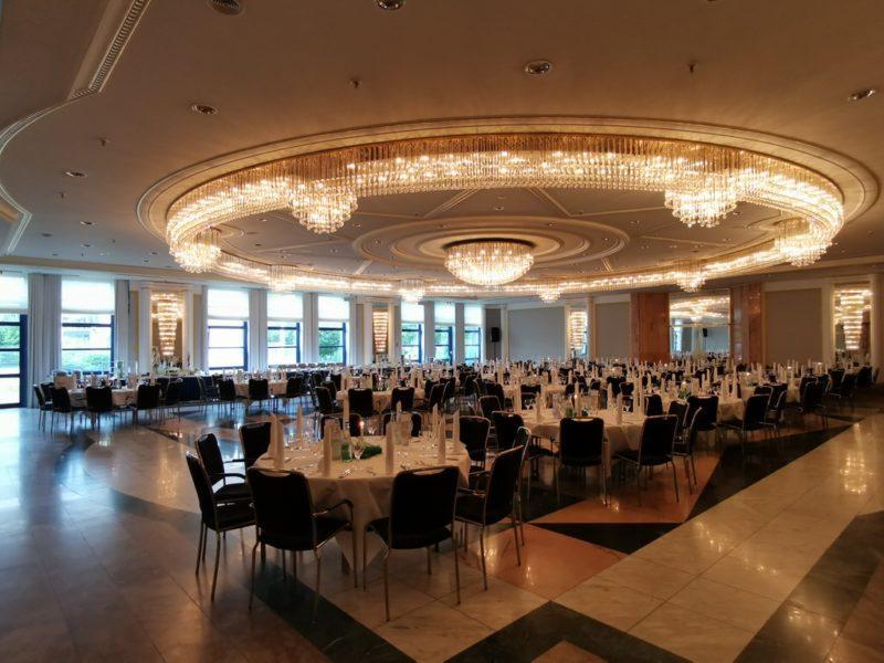 Der Saal Beethoven im Maritim Hotel Bonn ist eingedeckt für eine Firmenfeier